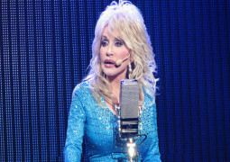 Dolly Parton agrees to adopt dog abandoned at Glastonbury